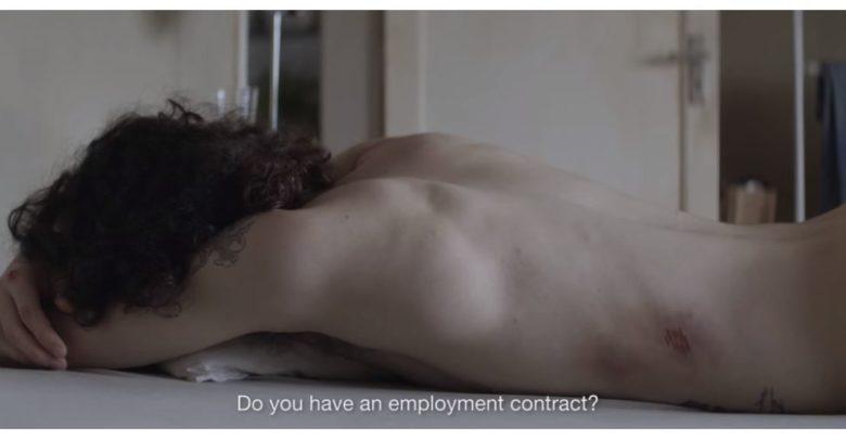 Pedro descansa en la cama en una escena de 'Tinta bruta'
