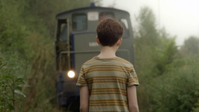 un niño se queda paralizado frente aun tren. frame de película lgtb andalucia